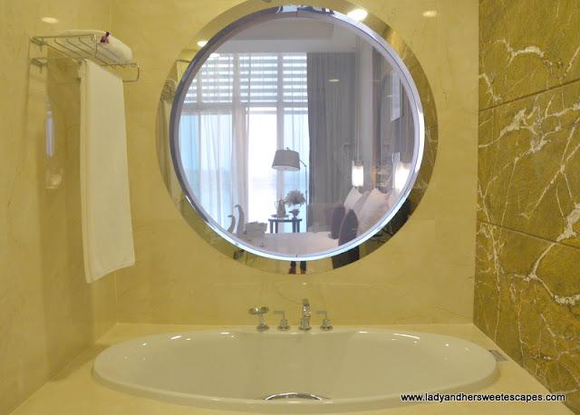Al Raha Beach Hotel bathtub