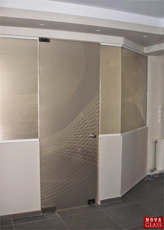 Γυάλινη πόρτα που επιτρέπει την είσοδο στο εξεταστήριο