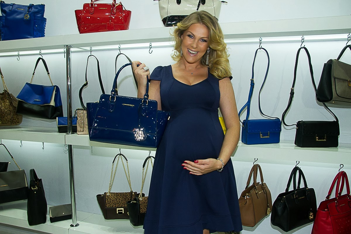 e80d17f0adc9e Ana Hickmann News  Ana Hickmann vai a feira de calçados e exibe barrigão !