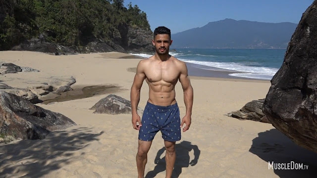 MuscleDom - Henry on the beach
