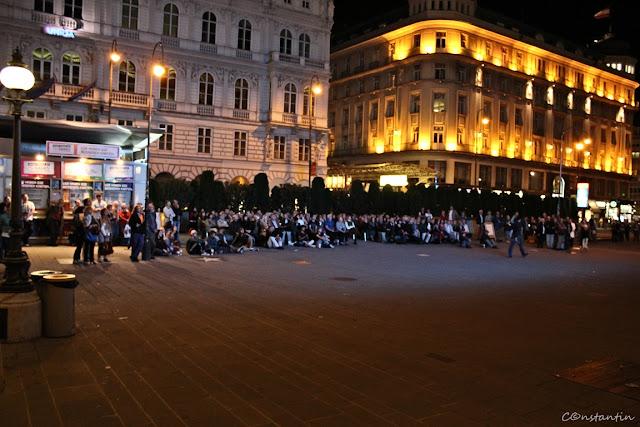 Vizionarea spectacolului pe ecranul din fata Operei din Viena