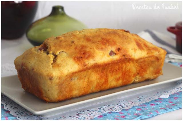 Plum cake salado relleno de chorizo, salchichas y cheddar