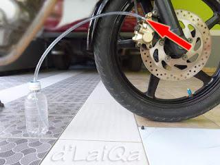 hubungkan nepel dengan botol melalui perantara selang waterpass