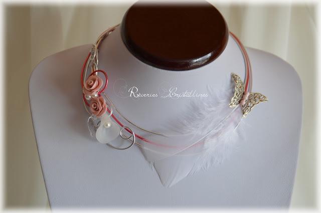 collier rose et argenté romantique avec plumes et papillon