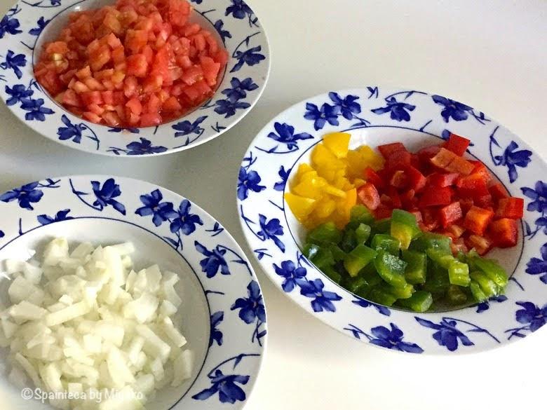 トマト、赤ピーマン、玉ねぎなどの材料の野菜