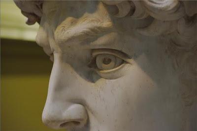 Κοιτάζοντας στα μάτια τον Δαβίδ του Μιχαήλ Άγγελου