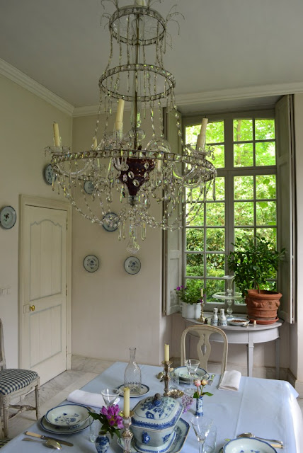 Swedish style decor in elegant dining room with blue and white in Belgium - found on Belgian Pearls