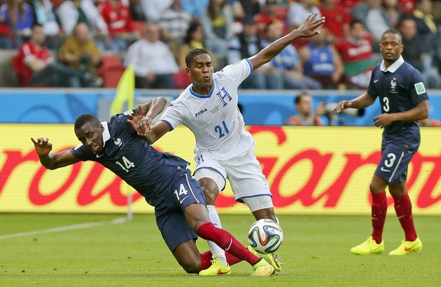Honduras' Brayan Beckeles, right, challenges France's Blaise Matuidi, left, during the group E World Cup soccer match between France and Honduras at the Estadio Beira-Rio in Porto Alegre, Brazil, Sunday, June 15, 2014.