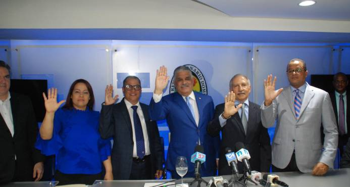 Miguel Vargas Juramenta exdiputados del PRM