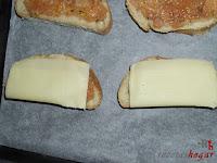 Poniendo las lonchas de queso