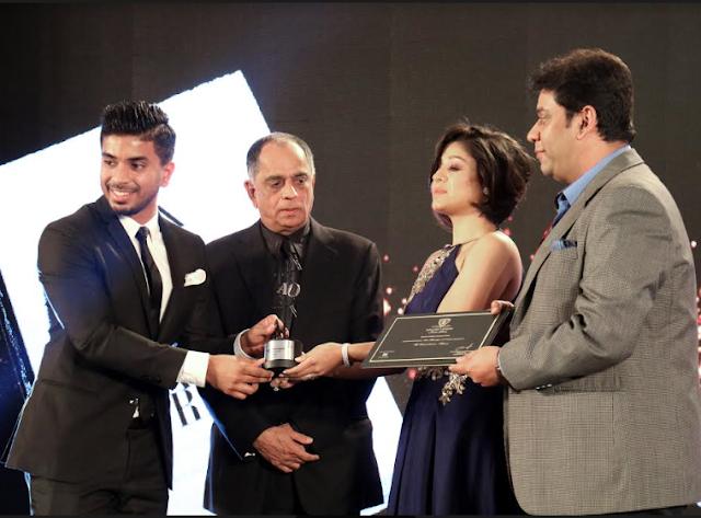 Keshav Bansal reciveing Extraordianaire award from Sunidhi Chauhan .