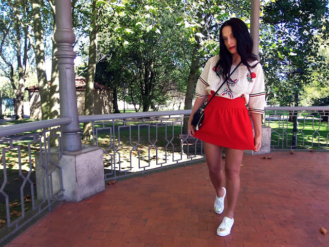 fashion, moda, look, outfit, walking, penny, lane, blog, trendy, cool, street, style, chic, casual, rock, comfy, autumn, otoño, bomber, sneakers, tennis, red, mini, skirt, parche, patch