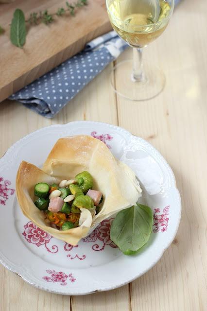 Cestini di pasta fillo farciti con zucchinette, fiori di zucca e prosciutto cotto