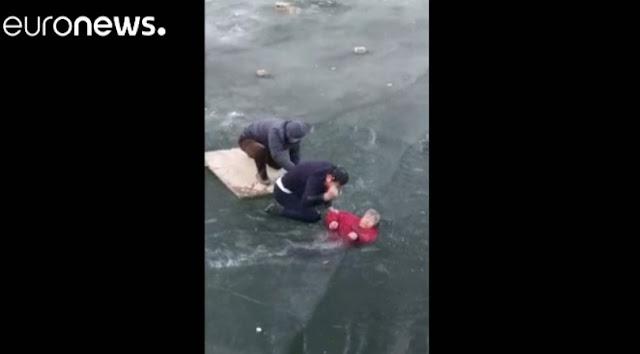 Βούτηξε στον παγωμένο ποταμό για να σώσει μια ηλικιωμένη (βίντεο)