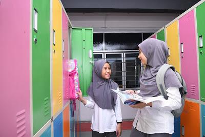 Ruang loker warna warni digunakan dengan baik baik oleh pelajar
