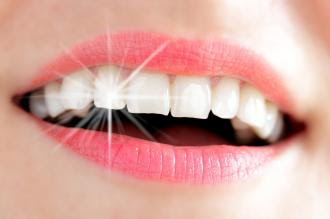تبييض الأسنان بالفحم .. مثل نتائج الليزر | teeth whitening
