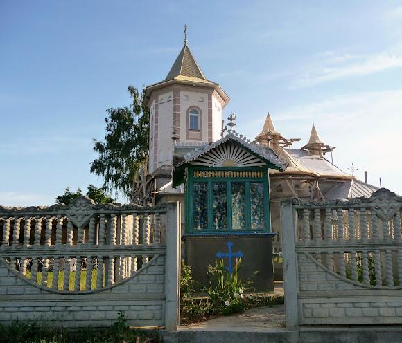 Лунка. Церква Преподобної Параскеви. Колодязь на церковному подвір'ї