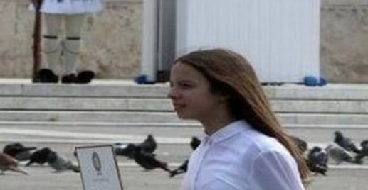 Χίλια μπράβο: Η φωτογραφία με την σημαιοφόρο στην μαθητική παρέλαση που κάνει τον γύρο του διαδικτύου (PHOTO)