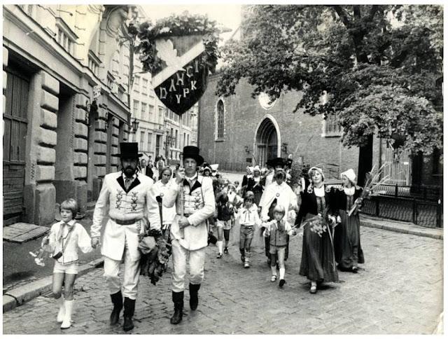 1985 год. Рига. Участники традиционного Праздника песни и танца на улицах города (автор фото: И. Пределис)