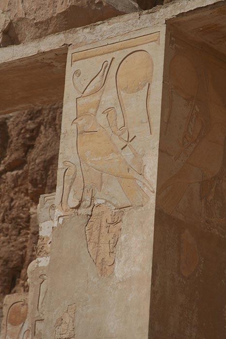 En este pilar del templo de Hatshepsut en Luxor podemos observar dos imágenes de Wadjet.
