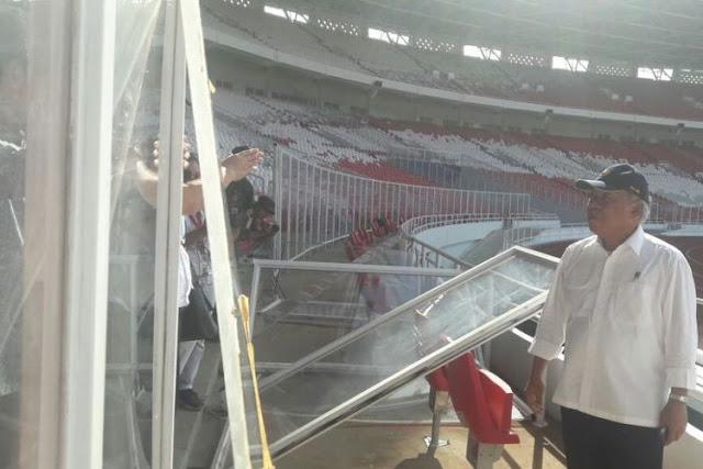 Menteri Pekerjaan Umum dan Perumahan Rakyat Basuki Hadimuljono saat meninjau kerusakan Stadion Utama Gelora Bung Karno (SUGBK)