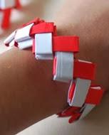 http://translate.googleusercontent.com/translate_c?depth=1&hl=es&rurl=translate.google.es&sl=en&tl=es&u=http://krokotak.com/2014/02/paper-bracelet-origami/&usg=ALkJrhiwY96CaXybg7vJO2WOozdFsC_DjA
