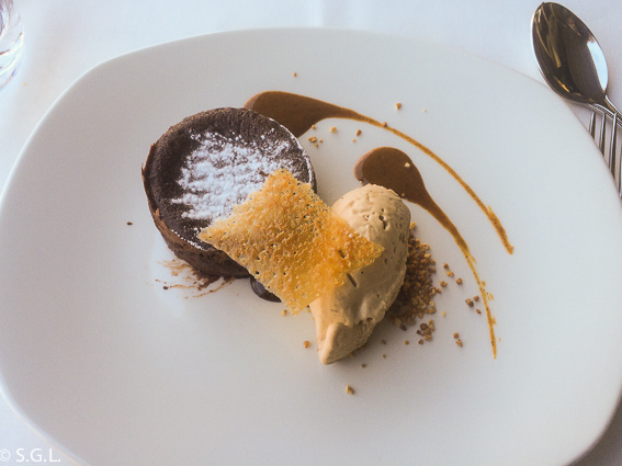 Restaurante Baita Gaminiz. Bizcocho caliente de chocolate con helado de avellana. Bilbao