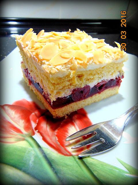 Ciasto z galaretką, śmietaną i bezą