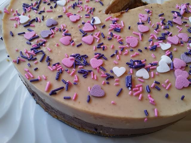 Tarta de chocolate y turrón.