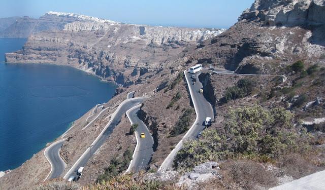 Estradas de carros em Santorini na Grécia