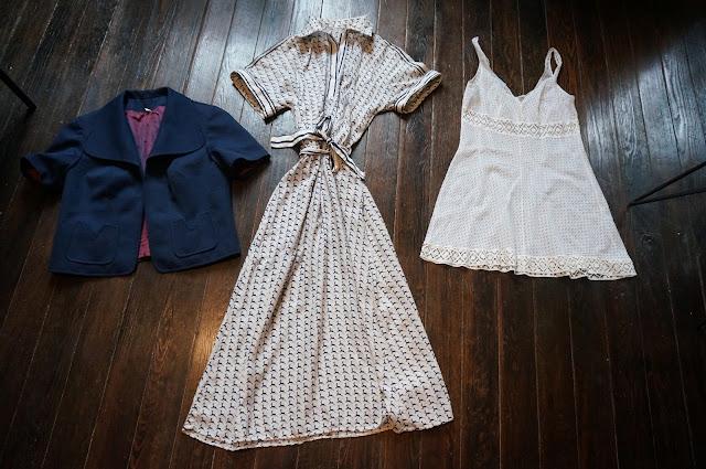 """une veste à manches courtes des années 60 ,   une robe chemise avec motif """"ma biche"""" des années 70 80,   une nuisette """"olé olé""""  60s navy blue jacket , 70s deer novelty shirtdress , white babydoll 1960s 1970s"""