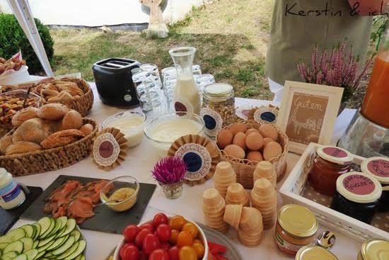 Buffet Gartenparty mit DIY-Schildern