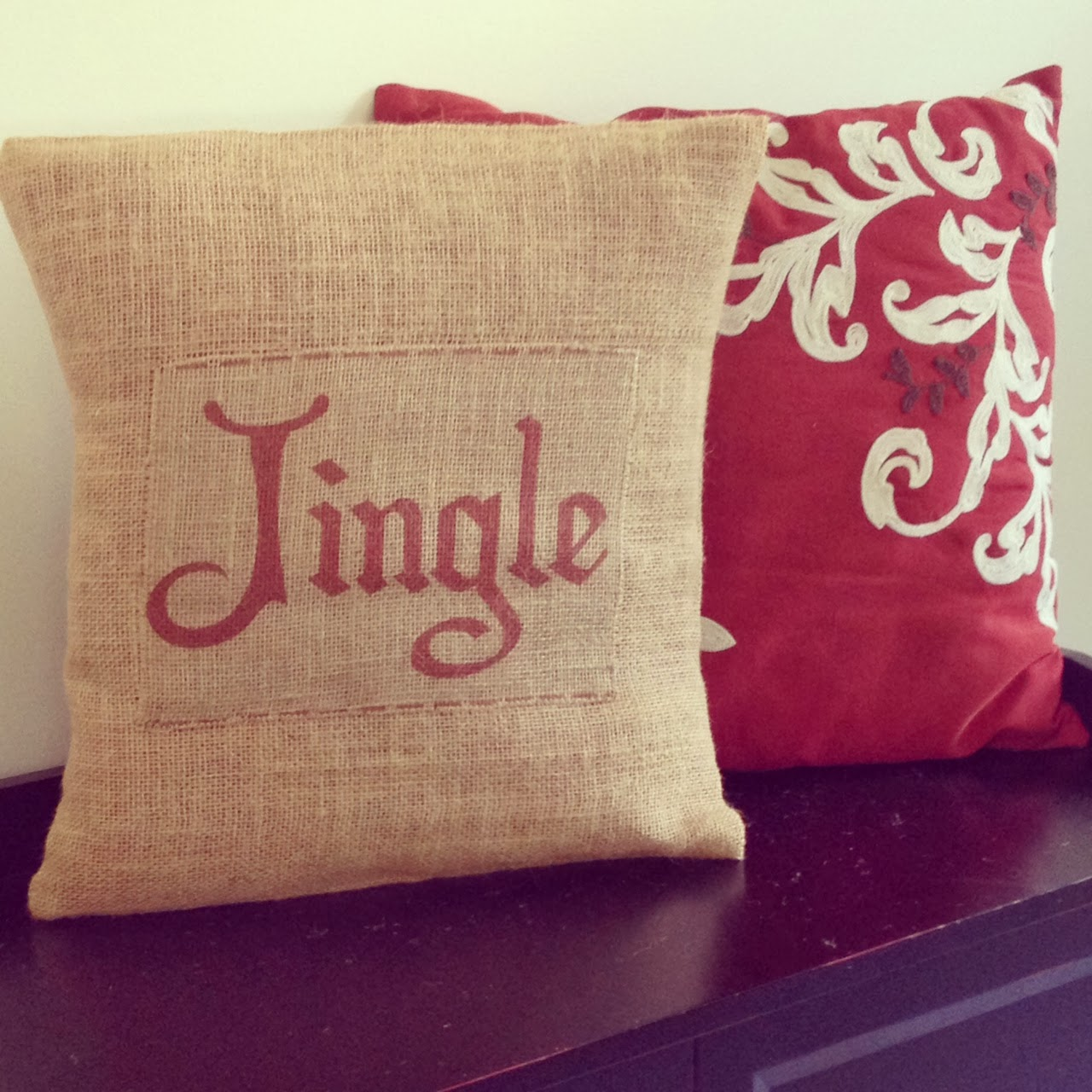 Two It Yourself: DIY Burlap Christmas Pillows