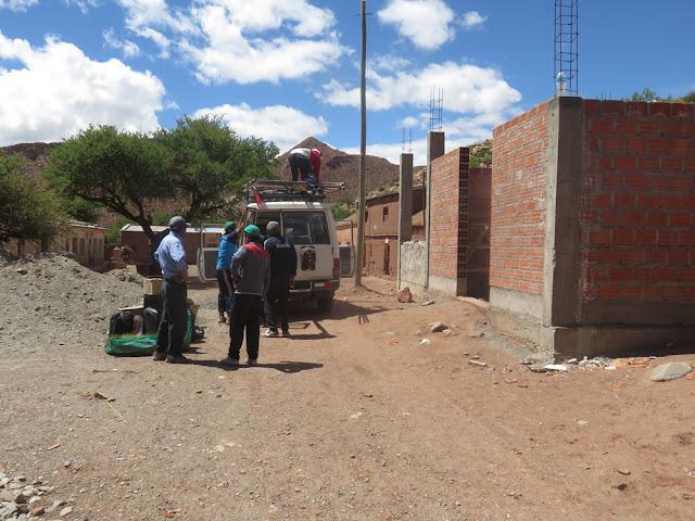 """Der erste Materialtransport scheiterte daran, dass der Laster kaputt war. Gestern gab es in Villazón keine Dachbalken. Am kommenden Samstag versuchen wir es aufs Neue. """"saludos"""" Dietmar."""