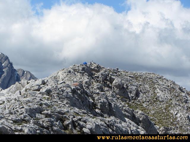 Ruta Lindes - Peña Rueda - Foix Grande: Llegando a la cima de Peña Rueda