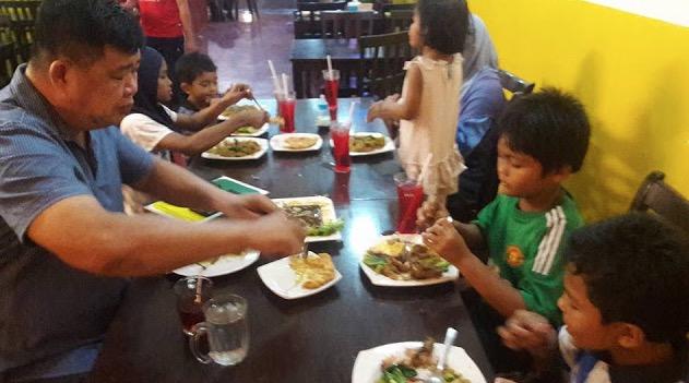 Beri Makanan Berbuka Puasa Kepada Sebuah Keluarga Miskin, Lelaki Cina Ini Mendapat Pujian