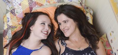 Malu (Larissa Manoela) e Ângela Cristina (Ingrid Guimarães) vivem entre amizade e broncas