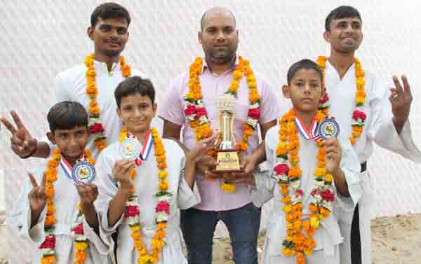 इंटरनैशनल कराटे चैंपियनशिप में फरीदाबाद के खिलाड़ियों ने जीता स्वर्ण पदक :मास्टर गंगेश तिवारी