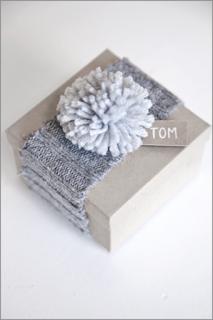 fascia con pompon riciclando un maglione vecchio