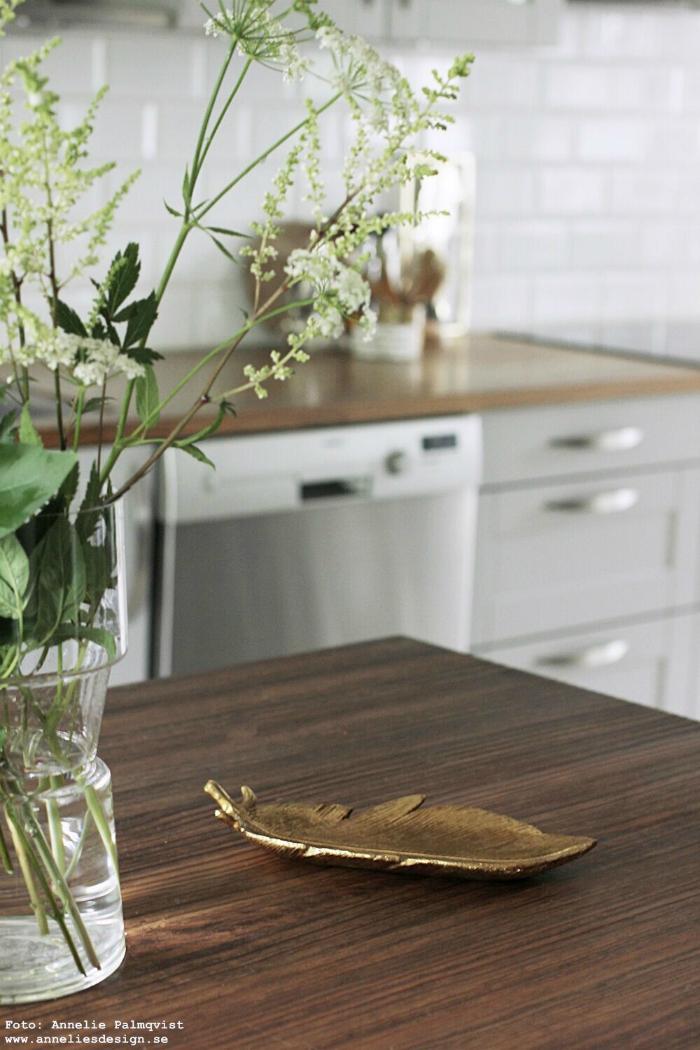 annelies design, webbutik, fat, fjäder, fjädrar, fatet, kök, köket inredning, dekoration, guld, vas, revel, vako, blommor, trädgården