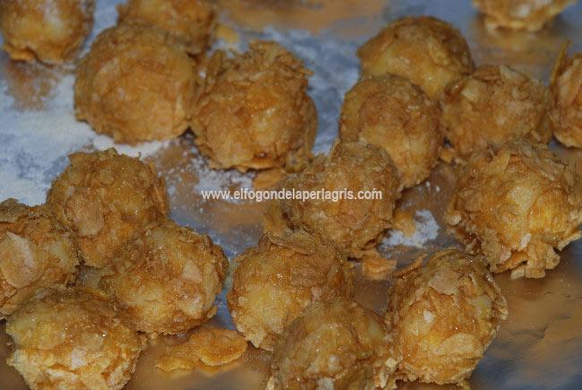 Empanar las palomitas de gouda con cereales