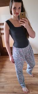 piżama dla niej to długie spodnie w szare wzory oraz szary top na grubych ramiączkach