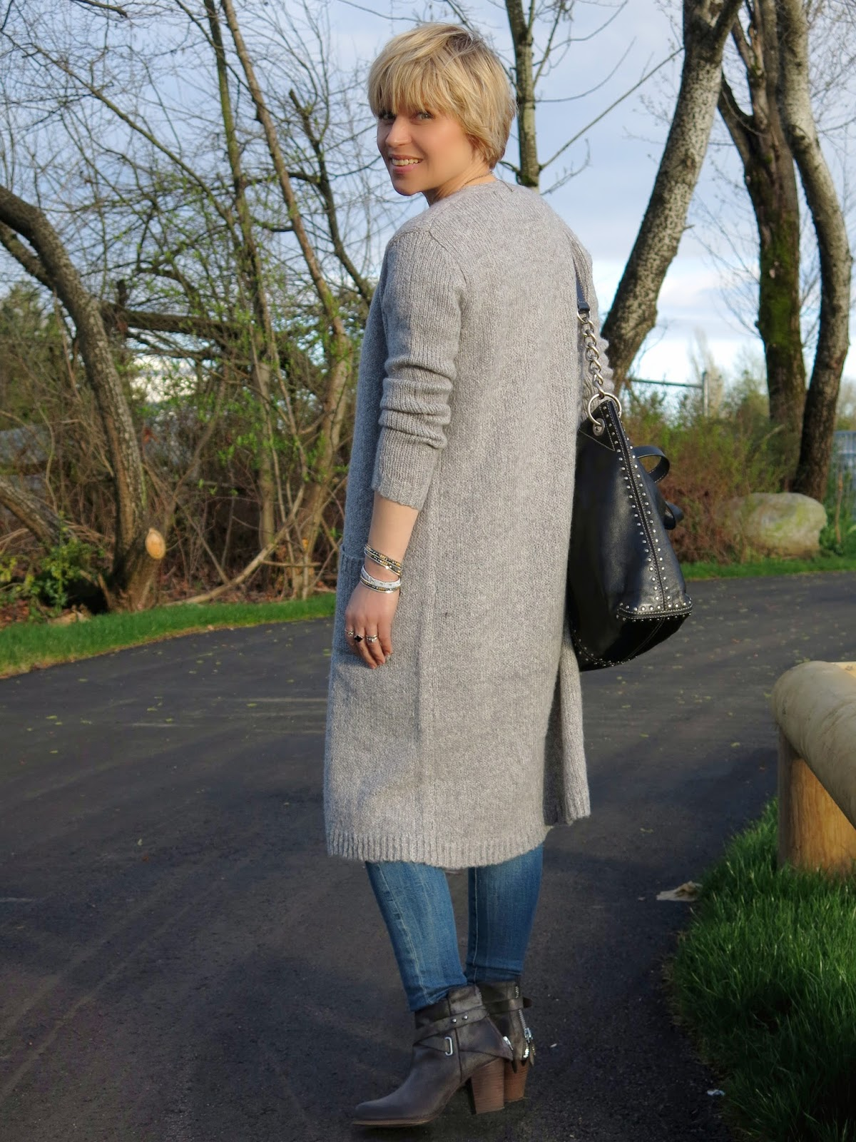 styling a long cardigan with skinny jeans and booties