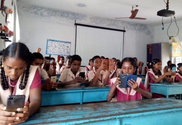 ஸ்மார்ட் போனில் தேர்வு எழுதிய மாணவர்கள்