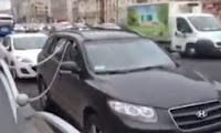 Arabasını Zincirleyen Adam