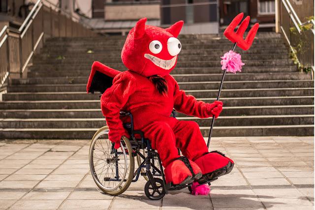 El diablo de las 'txosnas', en silla de ruedas