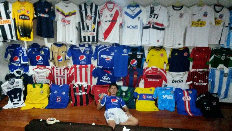 Las únicas camisetas que no entran en su colección son las del Fútbol  profesional colombiano que no sean de Millonarios add6c81cea82b