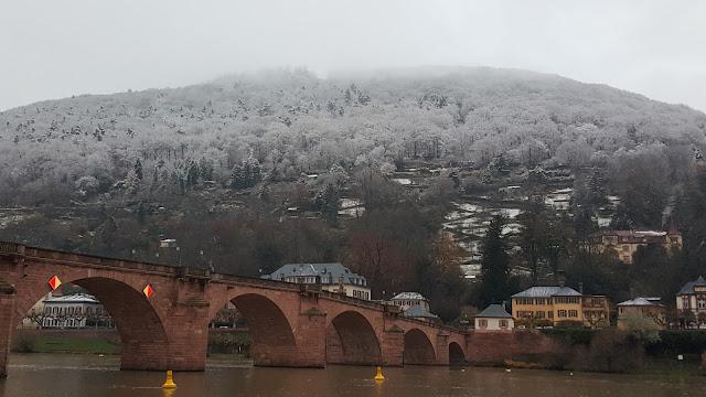 Schneebedeckte Hügel oberhalb der alten Brücke Heidelberg