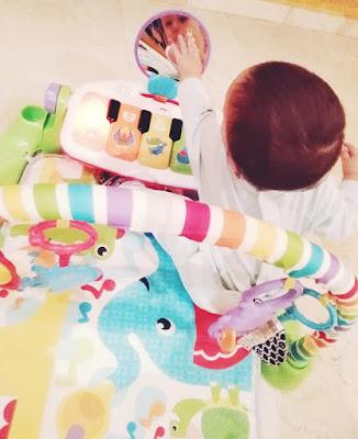 bebé jugando en piano