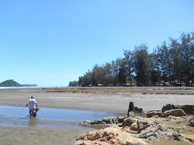 ombak di pantai ini juga tidak terlalu tinggi Pantai Air Manis, Legenda Malin Kundang Sumatera Barat